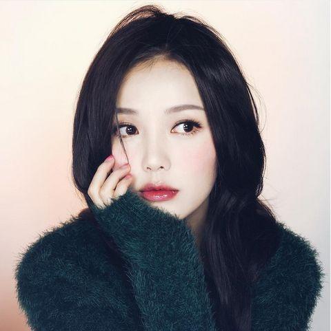 Lip, Cheek, Hairstyle, Eyebrow, Textile, Eyelash, Black hair, Beauty, Fashion, Wool,