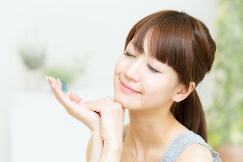 Lip, Hairstyle, Skin, Chin, Shoulder, Eyebrow, Eyelash, Bangs, Facial expression, Jaw,