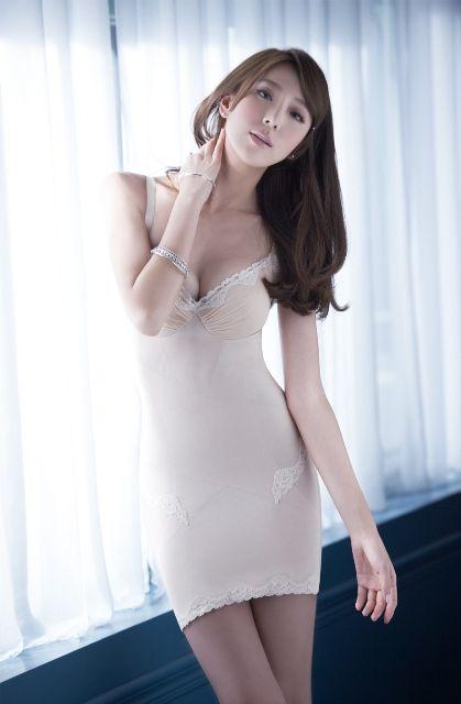 Skin, Shoulder, Joint, Interior design, Dress, Waist, Chest, Beauty, Window treatment, Thigh,