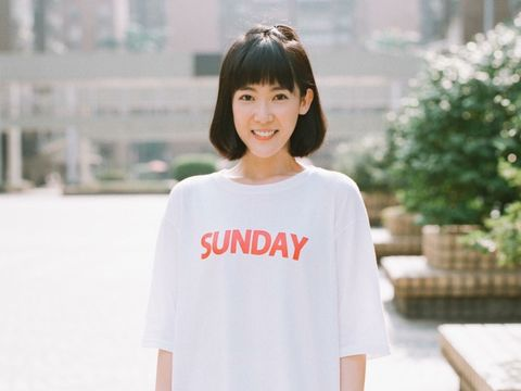 White, Clothing, Facial expression, Shoulder, T-shirt, Sleeve, Neck, Fashion, Top, Smile,