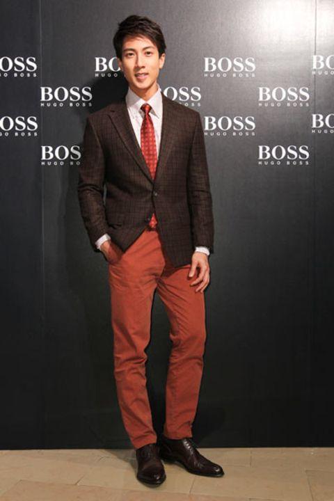 Clothing, Dress shirt, Collar, Coat, Sleeve, Trousers, Suit trousers, Shoe, Shirt, Standing,