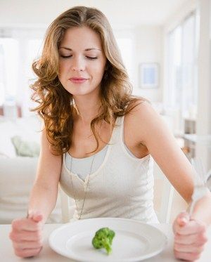 Finger, Hairstyle, Dishware, Shoulder, Eyebrow, Photograph, Hand, Beauty, Chest, Leaf vegetable,