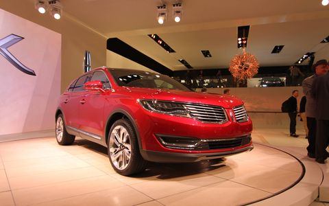 The 2016 Lincoln MKX crossover debuted at the Detroit auto show today. Borrowing heavily from the design of the smaller MKC, the MKX offers an available 2.7-liter turbocharged V6 engine with an output of over 330 hp and 370 lb-ft of torque.