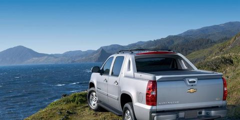 Tire, Motor vehicle, Wheel, Automotive tire, Pickup truck, Vehicle, Land vehicle, Natural environment, Automotive exterior, Mountainous landforms,