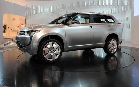 Tire, Wheel, Automotive design, Product, Vehicle, Land vehicle, Glass, Car, Automotive lighting, Automotive mirror,