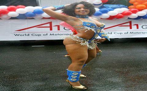 Leg, Human leg, Balloon, Party supply, Thigh, Abdomen, Navel, Trunk, Undergarment, Costume,
