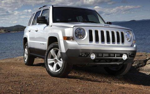 Tire, Wheel, Motor vehicle, Automotive tire, Automotive design, Automotive exterior, Daytime, Natural environment, Vehicle, Automotive lighting,
