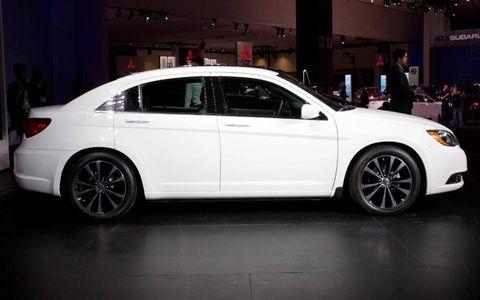 Tire, Wheel, Automotive design, Vehicle, Land vehicle, Alloy wheel, Car, Full-size car, Rim, Mid-size car,