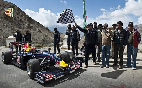 The Honourable Chief Minister of Jammu & Kashmir, Mr. Omar Abdullah waves the checkered flag as Jani completes part of his journey.