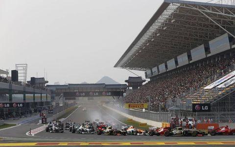 2012 Korean Grand Prix: Fernando Alonso, Ferrari F2012, leads Kimi Raikkonen, Lotus E20 Renault, Felipe Massa, Ferrari F2012, Nico Hulkenberg, Force India VJM05 Mercedes, and the rest of the field in to the first corner.