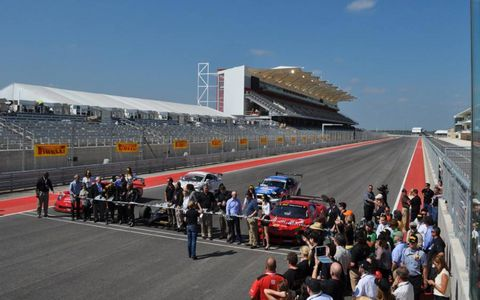 Sport venue, Race track, Motorsport, Asphalt, Racing, Crowd, Automotive tire, Auto racing, Touring car racing, Race car,