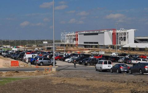 Motor vehicle, Land vehicle, Automotive parking light, Transport, Parking, Parking lot, Full-size car, Commercial building, Automotive lighting, Family car,