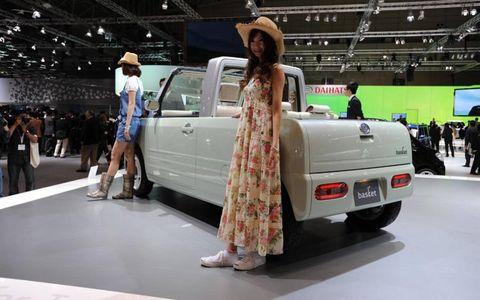 Automotive design, Event, Dress, Hat, Automotive exterior, Sun hat, Auto show, Fashion, Luxury vehicle, Exhibition,