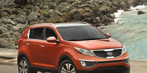Motor vehicle, Tire, Vehicle, Automotive mirror, Automotive design, Land vehicle, Glass, Car, Kia sportage, Red,