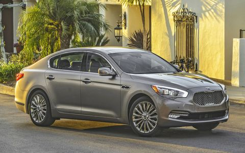 The Kia K900 is meant to do battle with the full-size luxury sedans of the world, and on paper, it does.