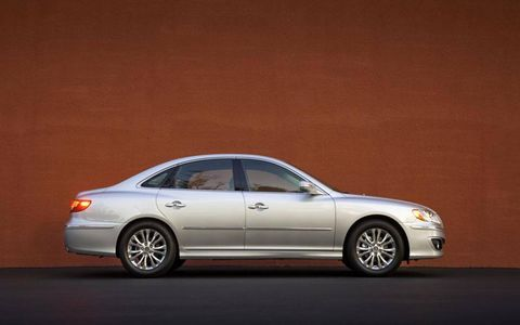 Tire, Wheel, Automotive design, Vehicle, Alloy wheel, Spoke, Automotive lighting, Automotive parking light, Rim, Glass,