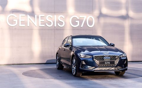 Customers will be able to select between a turbocharged 3.3-liter gasoline V6, a 2.0-liter turbocharged gasoline I4, and a 2.2-liter I4 diesel models.