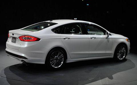 Tire, Wheel, Mode of transport, Automotive design, Vehicle, Transport, Car, Alloy wheel, Full-size car, Mid-size car,