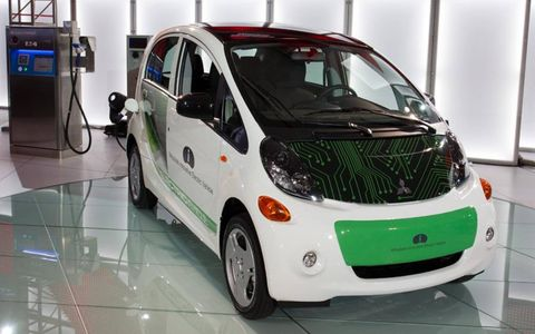 Motor vehicle, Tire, Wheel, Automotive design, Mode of transport, Vehicle, Land vehicle, Transport, Vehicle door, Automotive mirror,