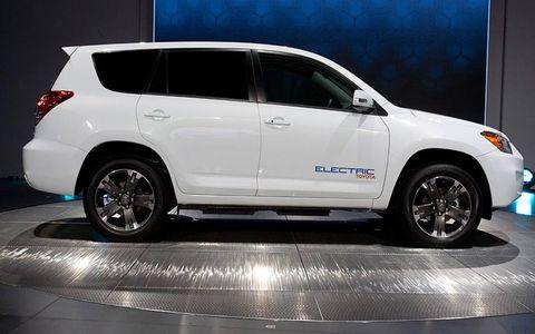 Tire, Wheel, Automotive tire, Vehicle, Automotive design, Land vehicle, Car, Glass, Automotive lighting, Rim,
