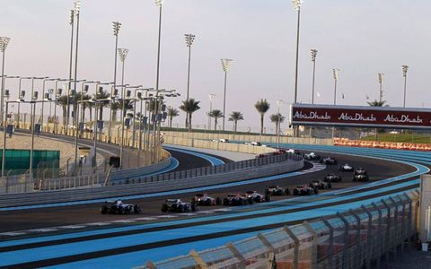 The field races around the Yas Marina Circuit during the start of the Abu Dhabi Grand Prix. Photo by: Steven Tee/LAT Photographic