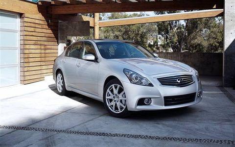 Tire, Motor vehicle, Wheel, Automotive design, Automotive mirror, Vehicle, Land vehicle, Automotive lighting, Headlamp, Automotive tire,