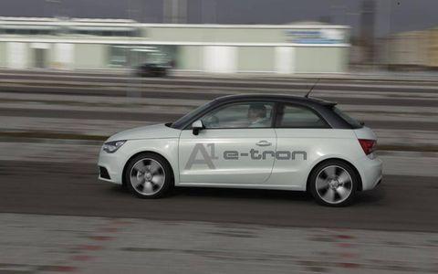 Tire, Wheel, Automotive design, Vehicle, Automotive tire, Land vehicle, Alloy wheel, Automotive mirror, Car, Rim,