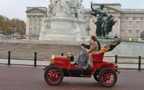 Human, Sculpture, Fender, Tourism, Landmark, Classic, Monument, Statue, Antique car, Classic car,