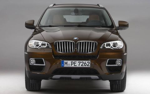The xDrive50i gets a 4.4-liter twin-turbocharged V8 that makes 400 hp