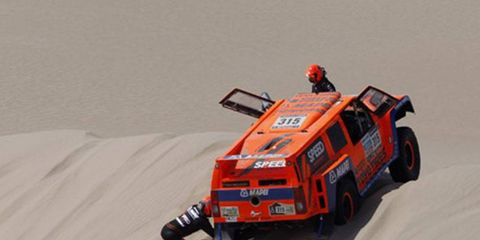 American Robby Gordon and co-driver Kellon Walch were stuck on a sand dune for more than 10 minutes during the first stage at Dakar.