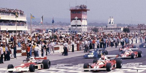 Hunt and Lauda were both at the front of the pack as the French Grand Prix got underway.