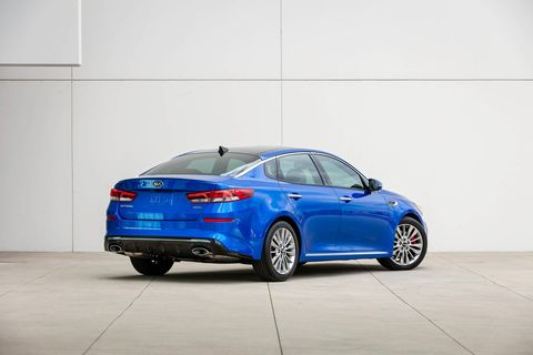 The 2019 Kia Optima makes subtle changes to the outgoing '18 model during its mid-cycle update.