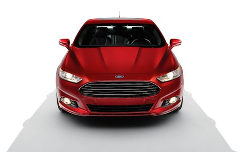 The exterior of the 2014 Ford Fusion SE looks terrific.