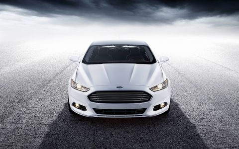 The bold, hexagonal grille gives the Fusion a distinctive look, while low-profile laser-cut projector headlamps and LED taillamps display intelligent technology.