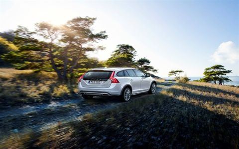The 2015 Volvo V60 T5 AWD Cross Country offers all-road, all-weather driving capability, distinctive design and sophisticated safety features.