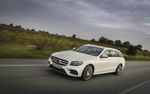 A raft of measures help to reduce vibrations and noise in the E400 wagon. As on a cabriolet, struts strengthen the main floor and front end of the body shell. For that reason, the vehicle body is very rigid and transmits less noise.