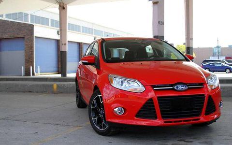 Tire, Motor vehicle, Wheel, Automotive design, Daytime, Vehicle, Automotive mirror, Land vehicle, Transport, Hood,