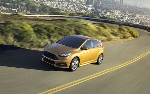 The 2015 Ford Focus ST  has a 2.0L EcoBoost engine.