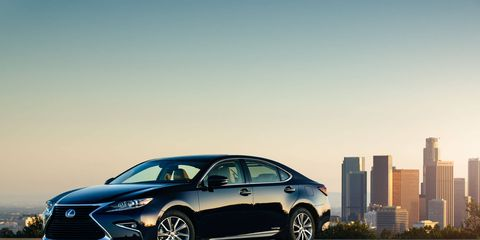 The 2017 Lexus ES 300h will run on the electric motor or gas engine alone, or a combination of both, based on the driving situation. The Hybrid System Indicator shows use of energy and encourages efficient driving habits.