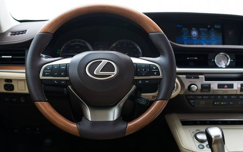 Standard features on the 2017 Lexus ES 300h include drive mode select, power moonroof, backup camera, dual-zone climate control and more.