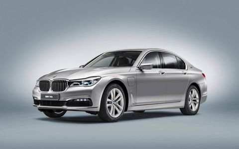 The combustion engine and electric drive bring a system output of 322 hp and combined peak torque of 369 lb-ft. The 740e xDrive iPerformance can dash from 0 to 60 mph in just 5.1 seconds. The top speed is electronically limited to 155 mph.
