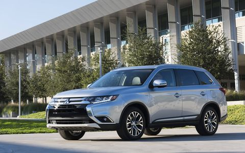 """Inside, the 2017 Mitsubishi Outlander comes with a high-contrast meter gauge cluster, dual-zone automatic climate control, ECO mode system, front courtesy floor lamps, 6.1"""" touch panel 140-watt AM/FM/CD/MP3 display audio system with digital HD radio, Apple CarPlay and Android Auto and more."""