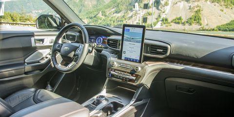 Land vehicle, Vehicle, Car, Motor vehicle, Center console, Full-size car, Technology, Vehicle audio, Mid-size car, Steering wheel,