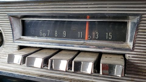 1952 Pontiac radio with CONELRAD frequencies marked.