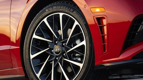 Land vehicle, Alloy wheel, Vehicle, Car, Rim, Wheel, Tire, Spoke, Automotive design, Automotive tire,