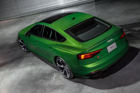 The 2019 RS5 Sportback's sport mode displays a large central tachometer and performance statistics, such as a lap timer, horsepower and torque gauge, G-meter, and if equipped with the Dynamic plus package, tire pressure and temperatures.