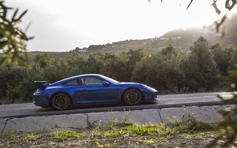 The high-revving naturally aspirated engine with 500 hp is virtually a carbon copy of that in the 911 GT3 Cup racing car.