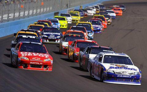 2012 NASCAR Phoenix: Mark Martin and Tony Stewart lead the start.