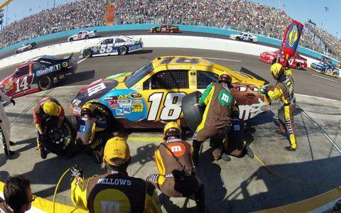 2012 NASCAR Phoenix: Kyle Busch crewmen change left-side tires and fuel his car.