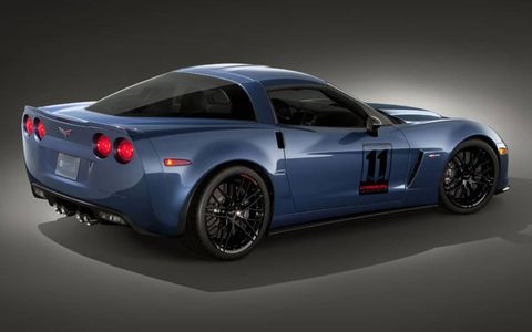In addition to the brakes with dark gray painted calipers and suspension, a black version of the 20-spoke wheels wrapped with Michelin PS2 tires, body color spoiler, black carbon-fiber rockers, the splitter from the ZR1 and the carbon-fiber raised hood also appear on the Carbon limited edition